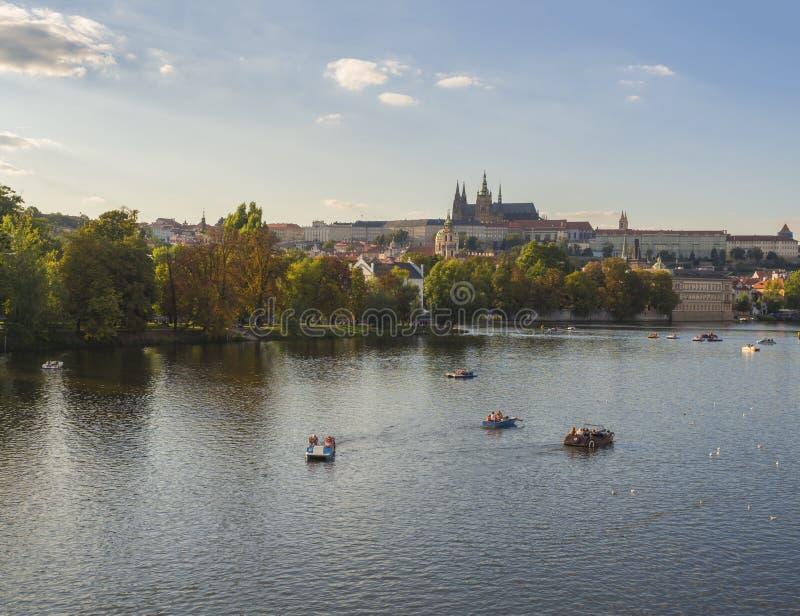 捷克,布拉格, 2018年9月8日:Gradchany,布拉格城堡和圣Vitus大教堂, Strelecky ostrov海岛全景, 免版税库存照片
