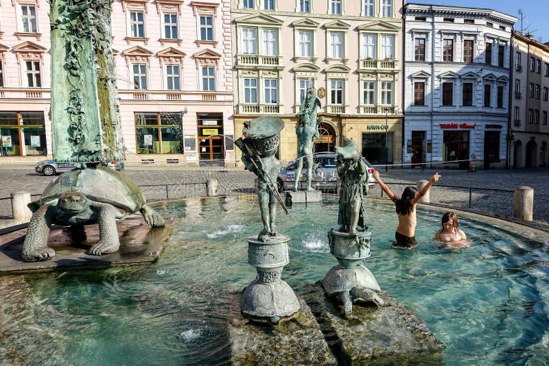 捷克olomouc共和国 热的夏日孩子充当喷泉水池在老镇中心 免版税库存图片