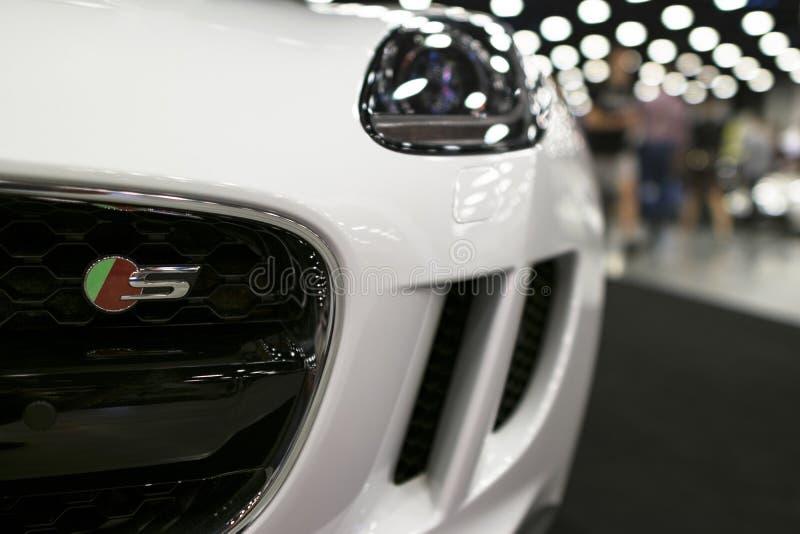 捷豹汽车F型的小轿车S正面图  汽车外部细节 免版税库存图片