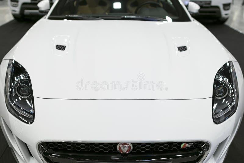 捷豹汽车F型的小轿车S正面图  汽车外部细节 免版税库存照片