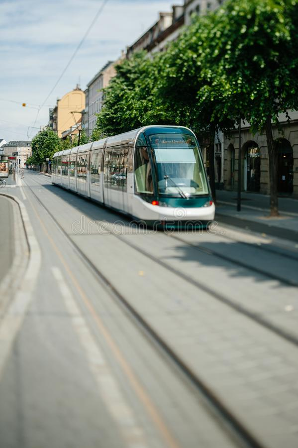 掀动转移史特拉斯堡法国电车轨道到来离开驻地 库存图片