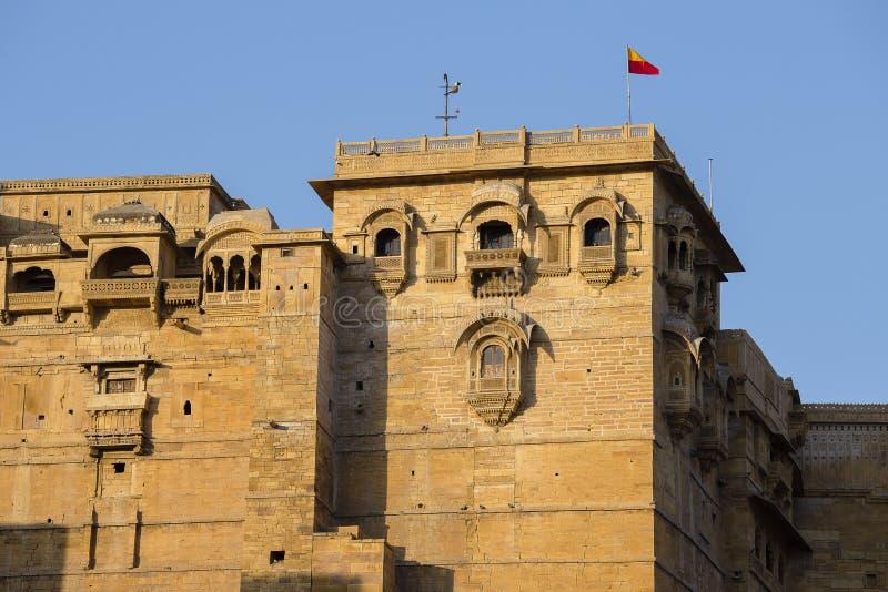 掀动Jaisalmer堡垒有它精心制作的雕刻的专栏、窗口和阳台的砂岩墙壁射击  印度 免版税库存图片
