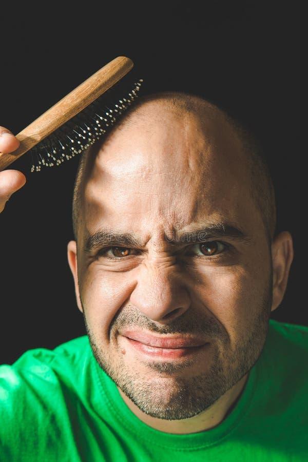 掉头发概念 使用在不存在的头发的秃头人发刷 免版税图库摄影