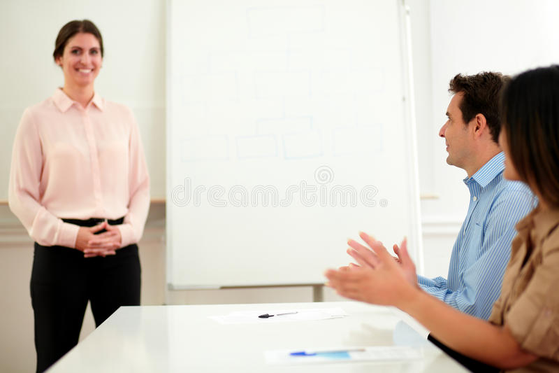 给掌声的商人在会议上 免版税库存图片