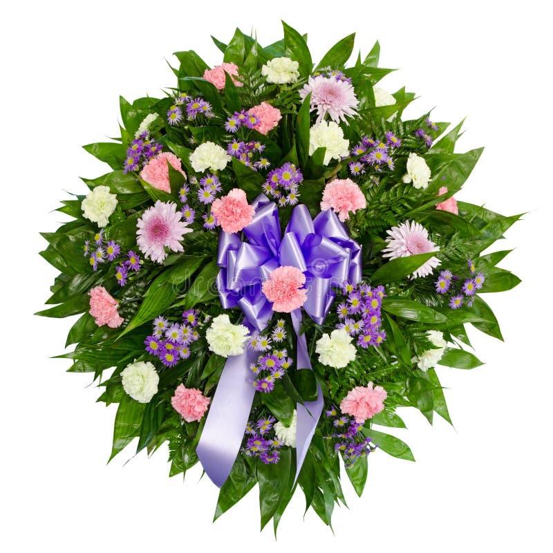 排列五颜六色的花葬礼花圈 免版税库存图片