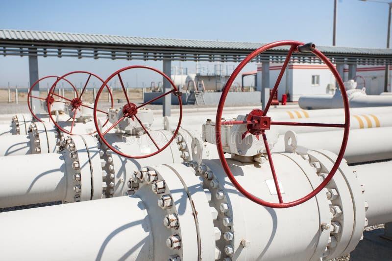排气管处理阀门的油管工厂 库存图片