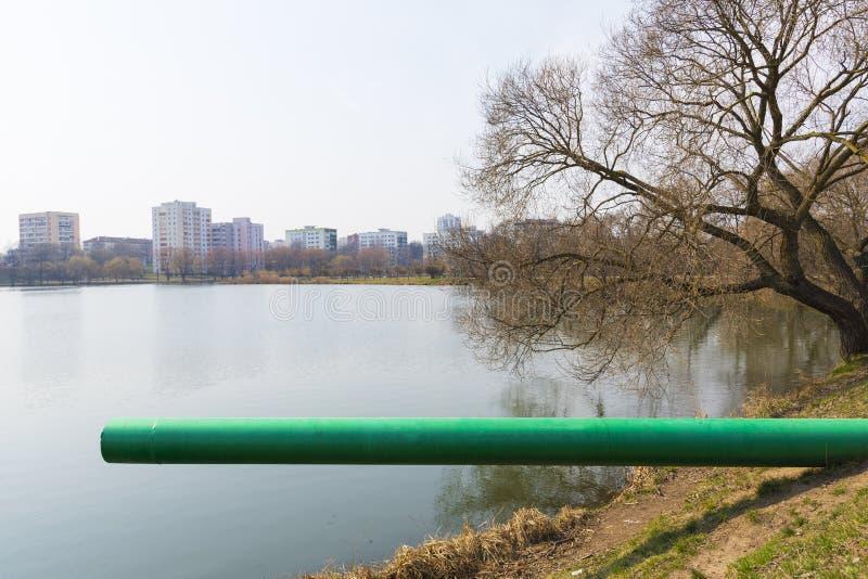 排水管或污水或污水将废水排入河流 废水或生活废水或城市废水 图库摄影