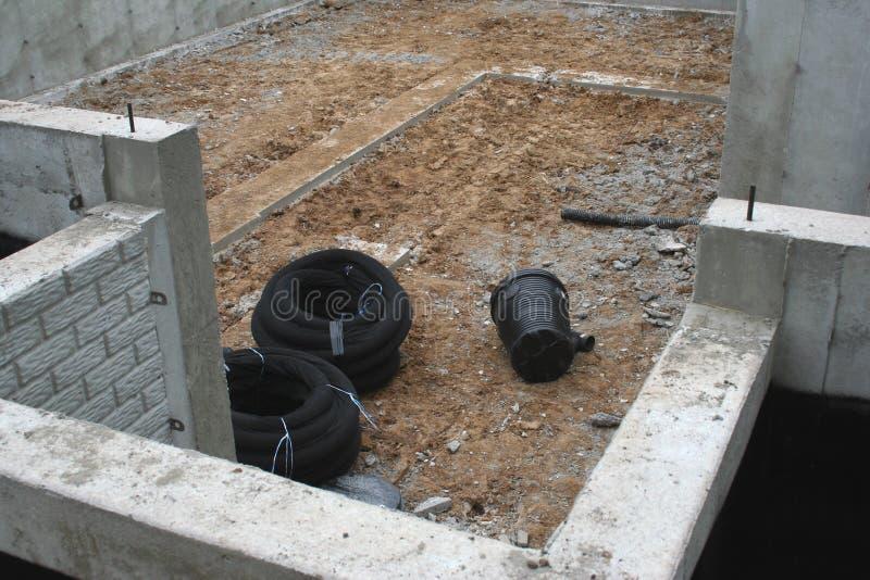 排泄瓦片和废油坑住房在地下室 库存图片