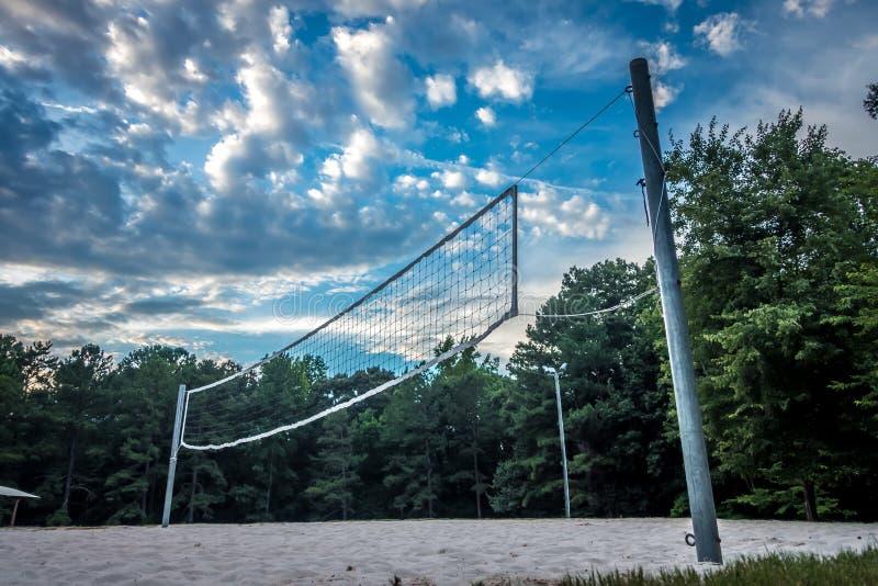 排球净设定在沙子全部的森林 免版税库存图片