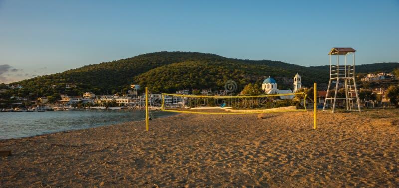排球塔和网在沙滩 库存照片