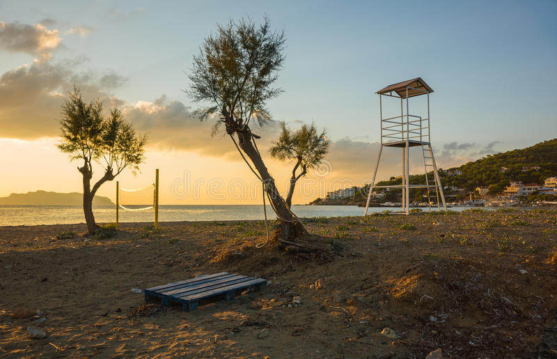 排球塔和网在沙滩 库存图片
