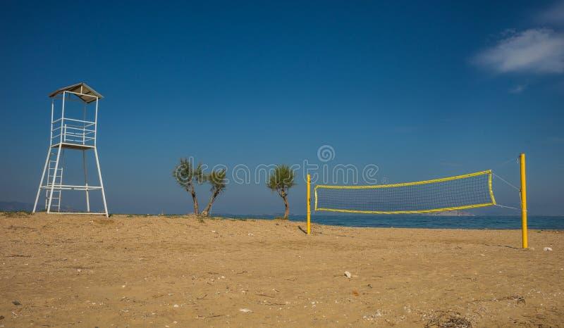 排球塔和网在沙滩 免版税库存照片