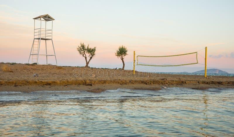 排球塔和网在沙滩 免版税库存图片