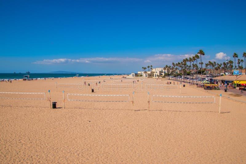 排球网行在海滩看的在亨廷顿海滩,加利福尼亚 免版税图库摄影