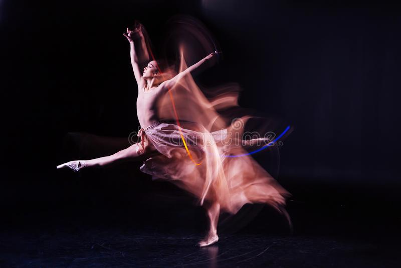 排练舞蹈的宜人的纯熟妇女 库存图片