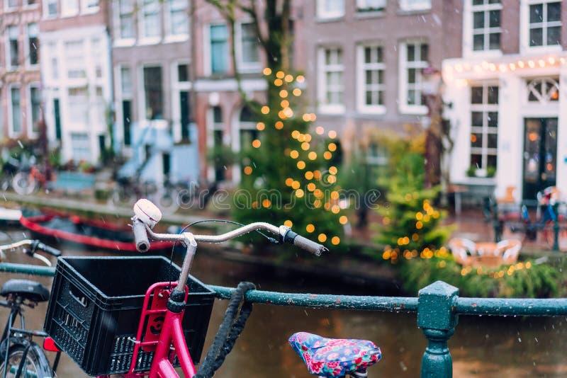 排行在阿姆斯特丹运河的自行车一座桥梁  免版税库存图片