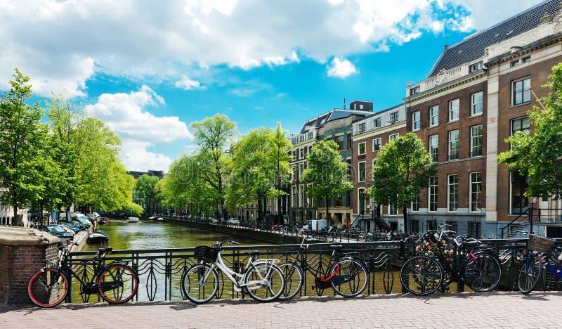 排行在阿姆斯特丹运河的自行车一座桥梁  库存图片