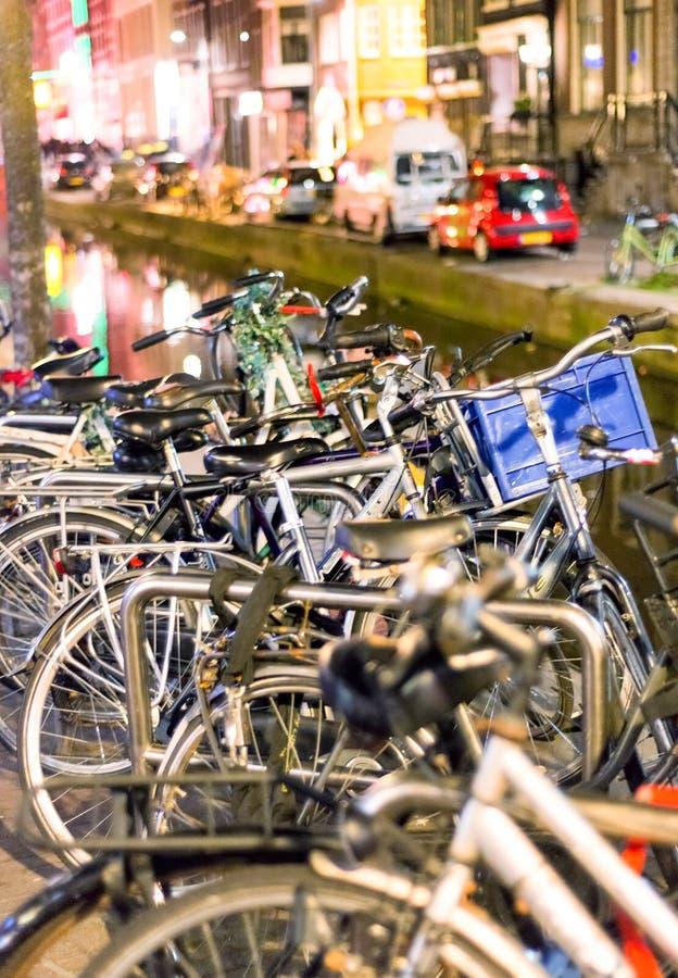 排行在阿姆斯特丹, Netherlan运河的自行车一座桥梁  库存照片