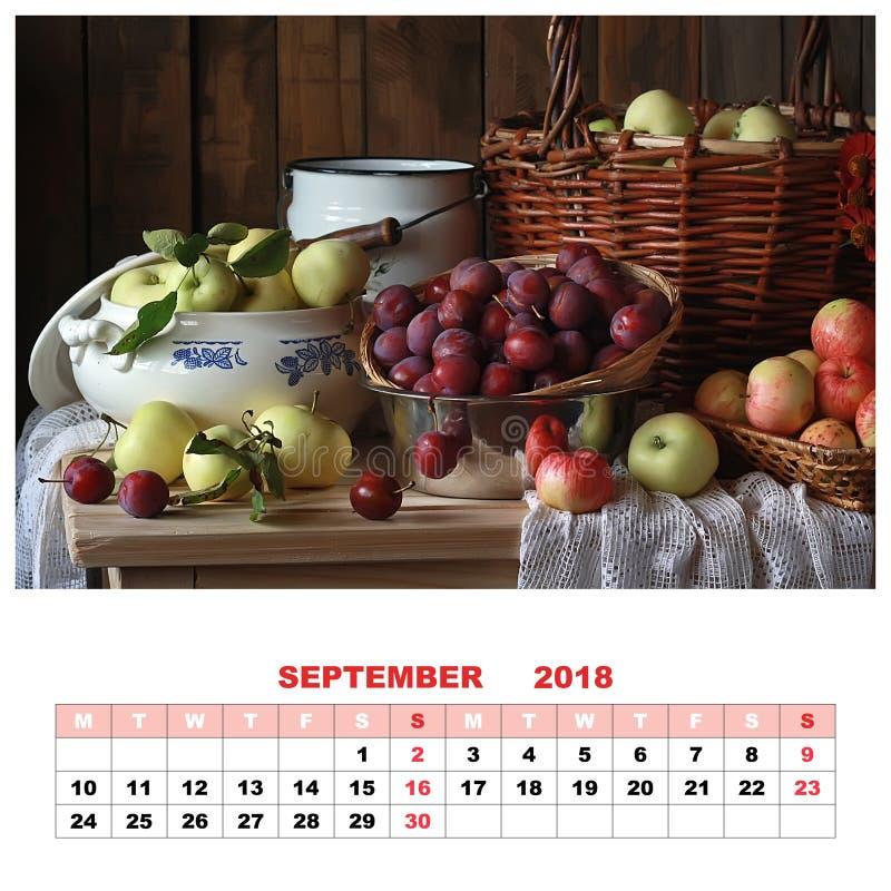 排进日程与静物画的2018年9月 苹果和李子 免版税库存图片