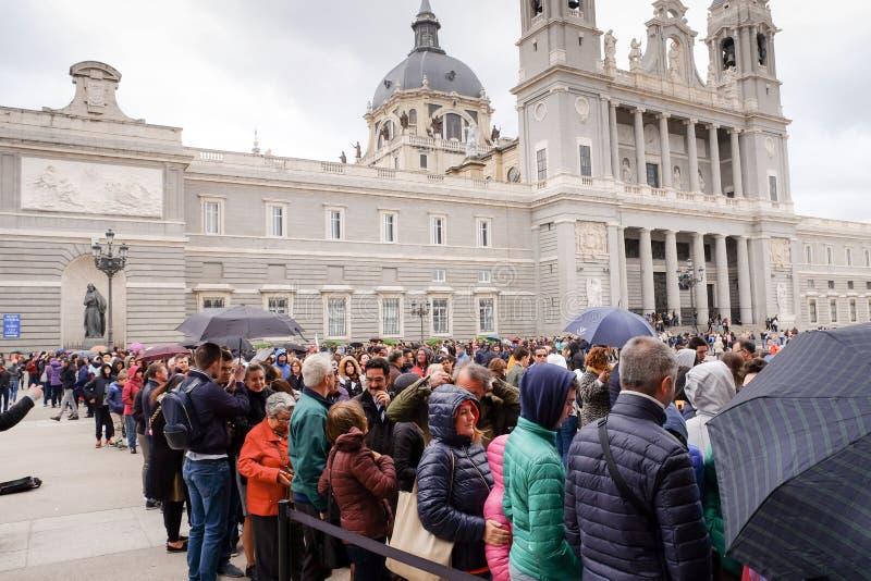 排队在马德里王宫的游人  免版税库存图片