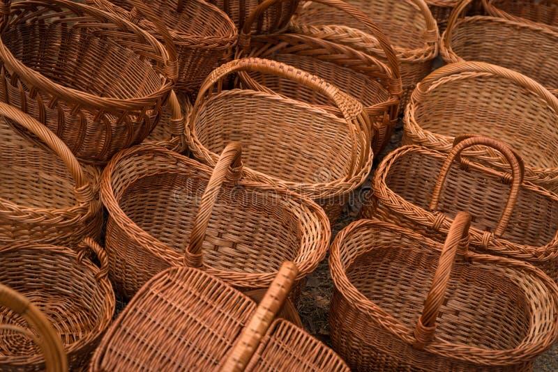 排队待售手工制造柳条筐在市场 库存图片
