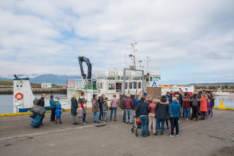 排队的人们上往Hrisey海岛的轮渡  免版税库存照片