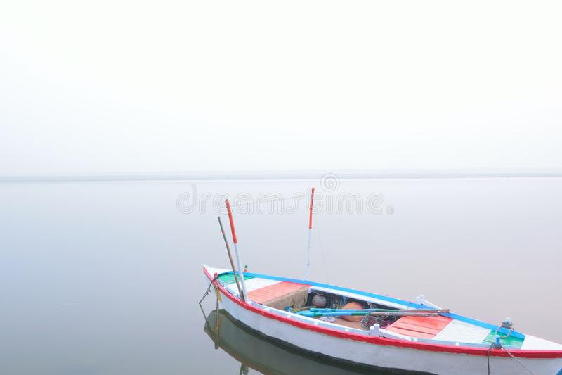 排队的小船在恒河在瓦腊纳西 免版税图库摄影
