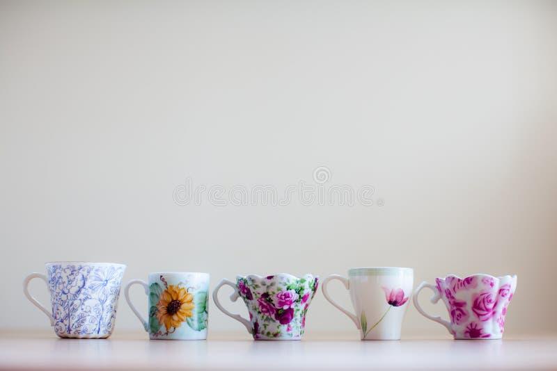 排队的杯 免版税库存照片