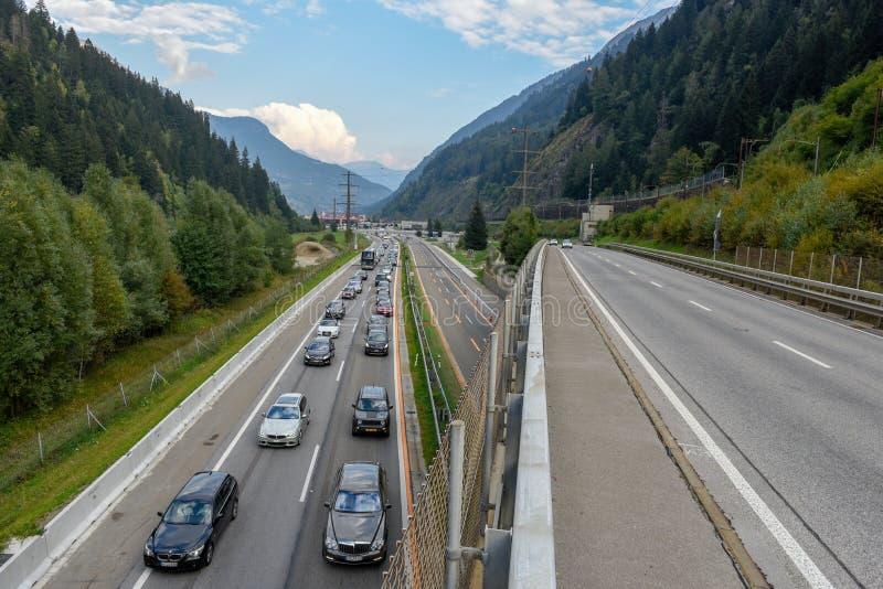 排队的车进入在斯威策的戈特哈德隧道 免版税图库摄影