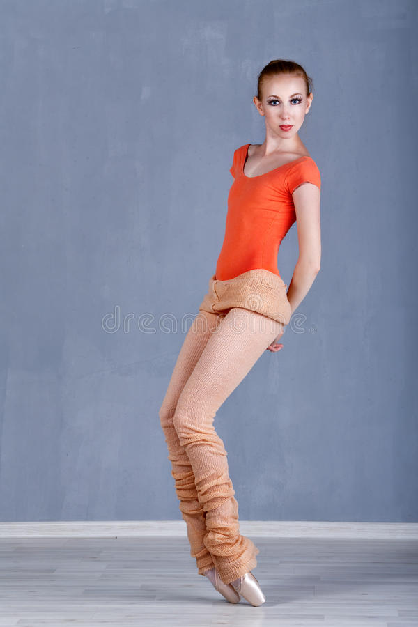 排练在舞蹈运动的苗条芭蕾舞女演员 热切 库存照片
