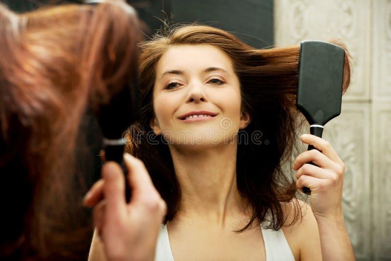 掠过她的头发的深色的妇女 免版税库存照片