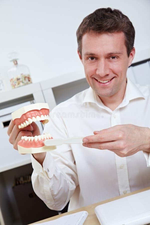 掠过的牙科医生提供的技巧 免版税库存图片