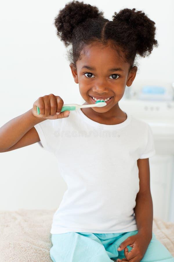 掠过的逗人喜爱的女孩她小的牙 库存照片