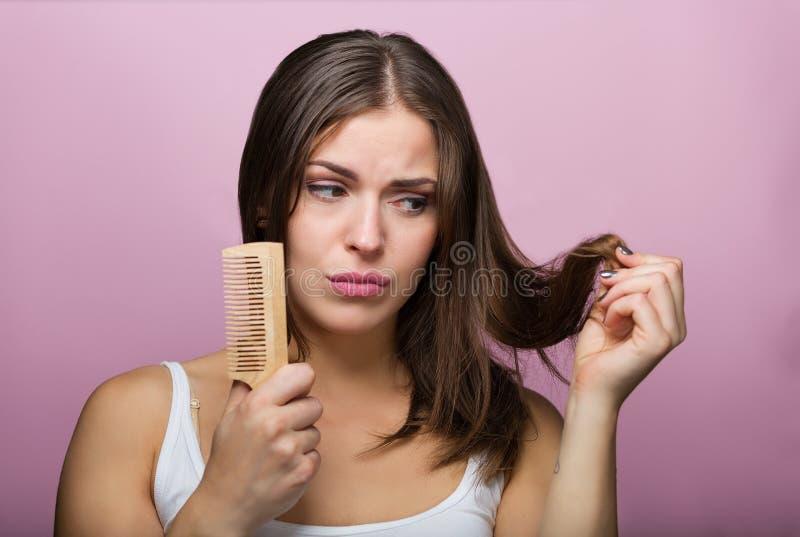 掠过的头发她的妇女 免版税库存照片