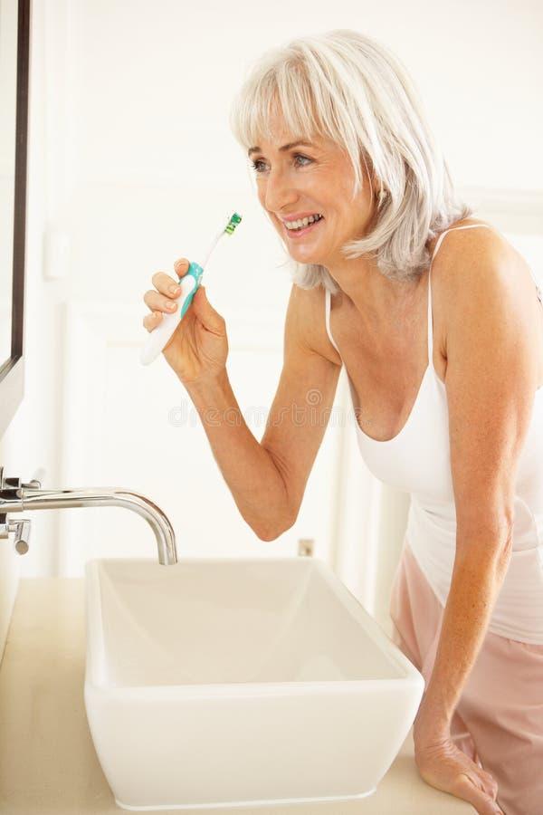 掠过高级牙妇女的卫生间 免版税库存照片