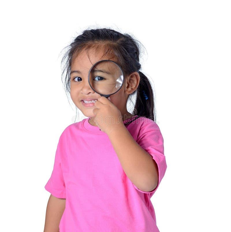 探索与放大镜的愉快的孩子隔绝在白色背景 免版税库存图片