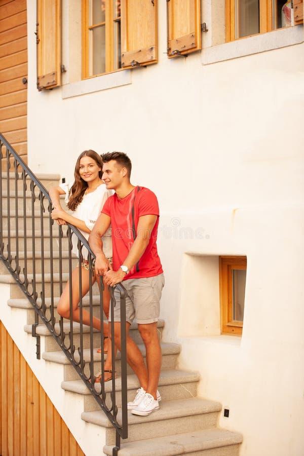 探索古老村庄Smartno的年轻夫妇在斯洛文尼亚在初夏 免版税库存照片