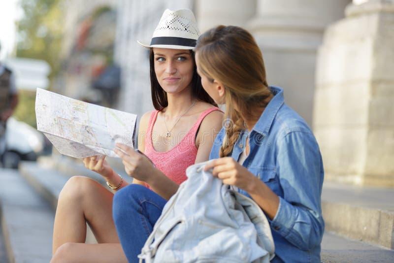 探索城市的年轻美丽的妇女旅客 免版税库存图片