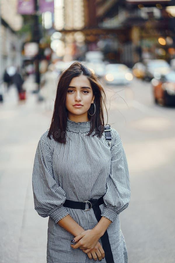 探索城市的美丽的深色的女孩在秋天期间 库存照片