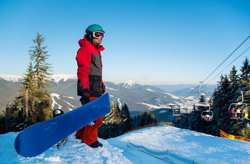 探索多雪的山的挡雪板 免版税库存照片