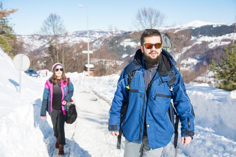 探索多雪的山的远足者夫妇  图库摄影