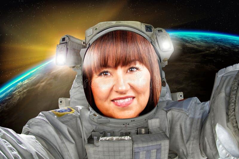 探索宇宙的美丽的深色的画象妇女宇航员或宇航员 库存照片