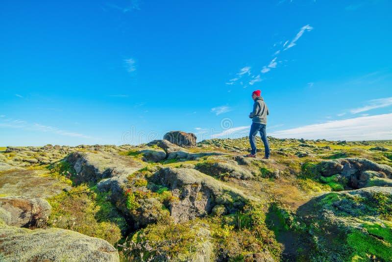 探索Eldhraun熔岩荒野的摄影师在冰岛 库存照片