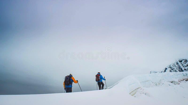 探险家攀登在南极半岛的多雪的山峰 库存图片