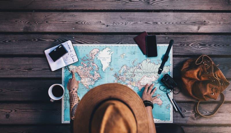 探索世界地图的游人 免版税库存照片