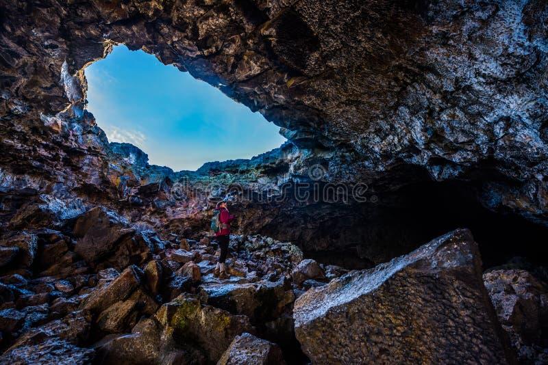 探索印地安隧道洞的远足者 免版税库存照片