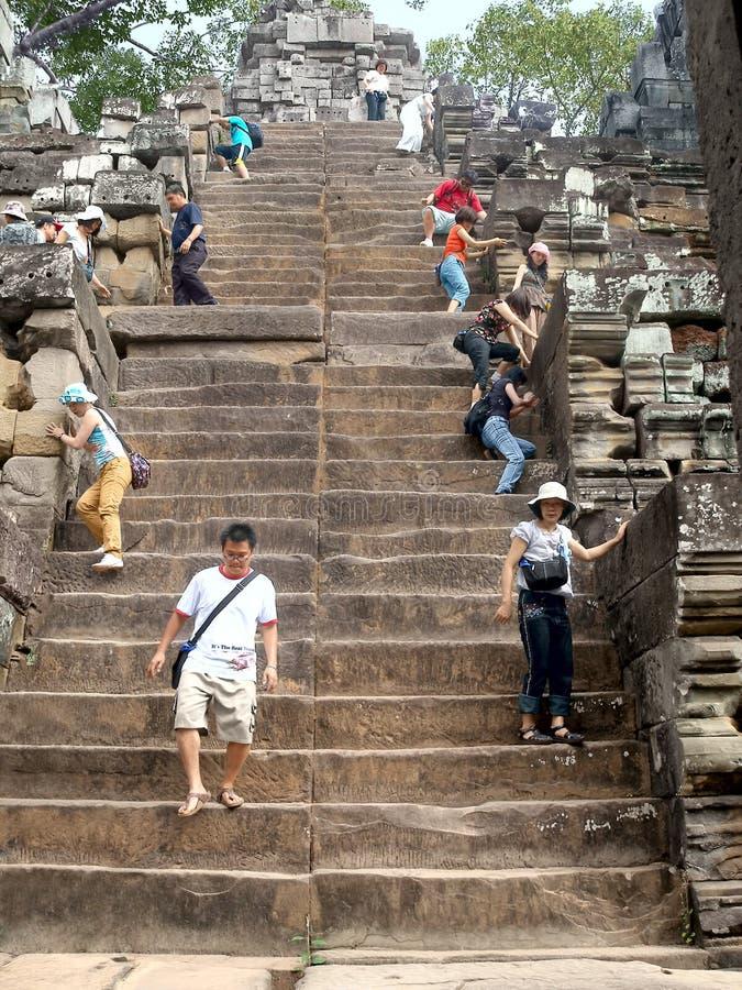 探索吴哥窟的游人在柬埔寨 库存照片