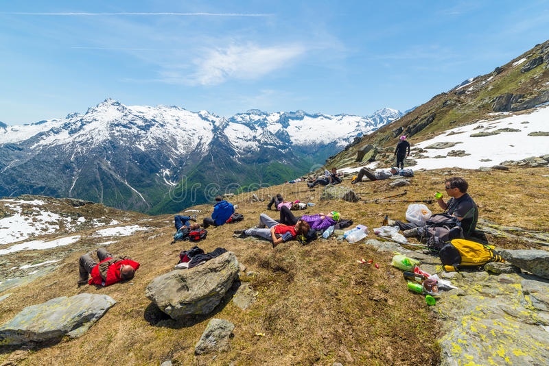 探索阿尔卑斯,室外活动的小组远足者在夏天 免版税库存照片