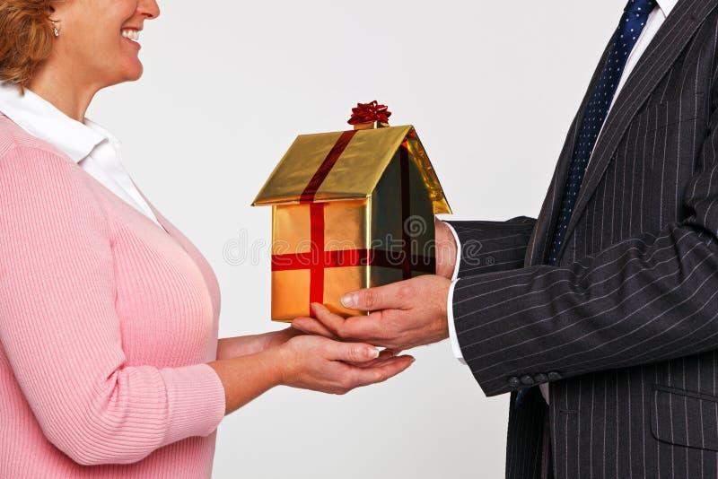 接受一个新的家的妇女 库存图片
