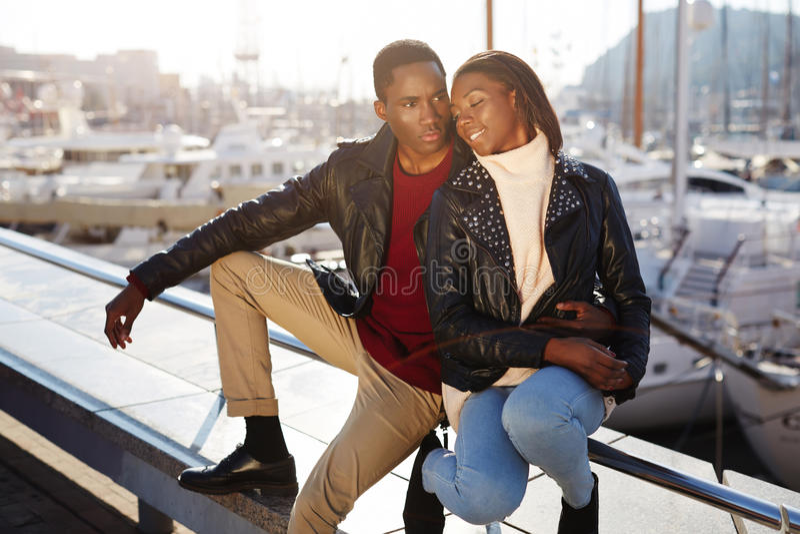 接受享受时间的黑夫妇一起花费 免版税图库摄影